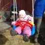 Lova sitzt das erste Mal in ihrer Schaukel